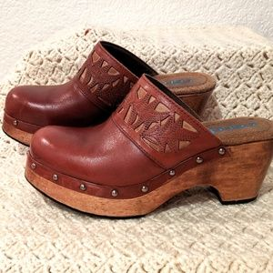 Candie's brown clogs w/ pretty cutout design Sz 9m